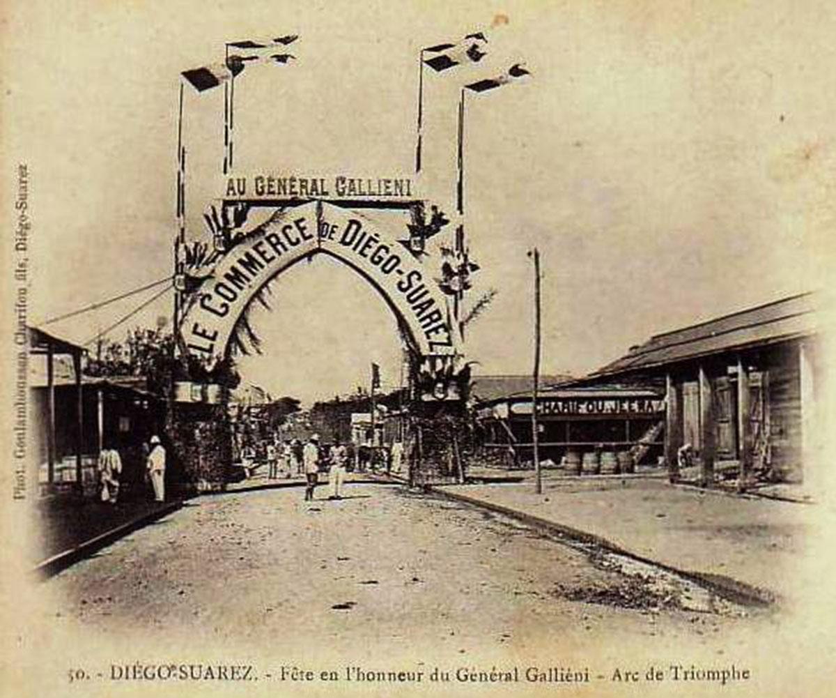 Arc de triomphe érigé par les commerçant de Diego Suarez en l'honneur du Général Galieni à l'occasion d'une fête populaire