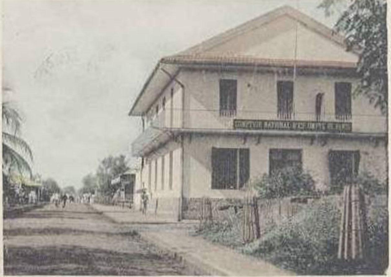 L'agence du Comptoir National d'Escompte, au coin de la rue Flacourt, est Le premier bâtiment «civil» construit en dur dans la ville